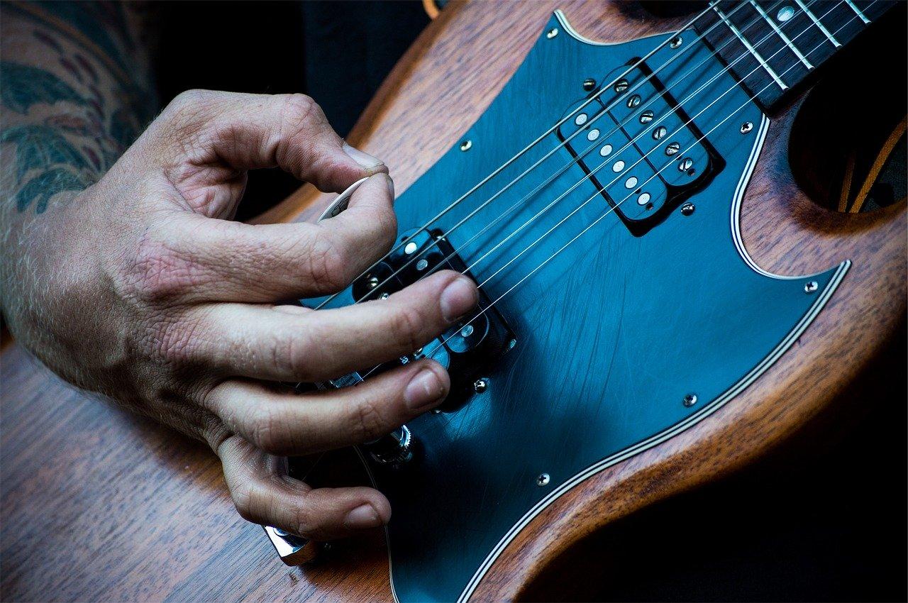 Foto: plettrata alla chitarra elettrica