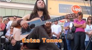 Un chitarrista di strada impressionante
