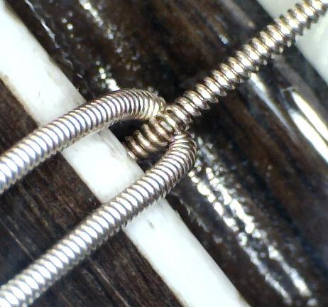 Foto: nodo di una corda per chitarra classica