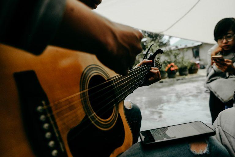 Foto: chitarra acustica e telefono