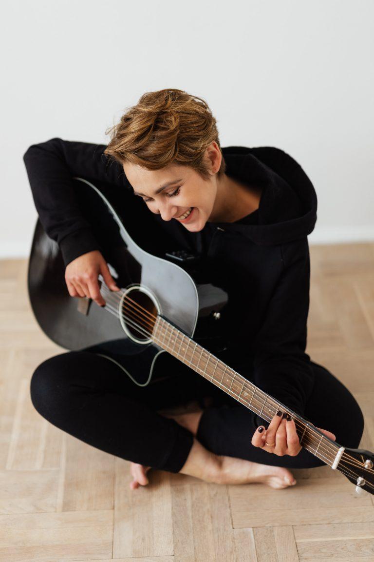 ragazza con chitarra classica