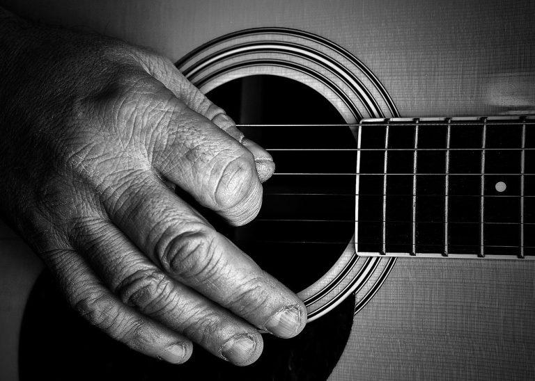 Mano esperta sulla chitarra